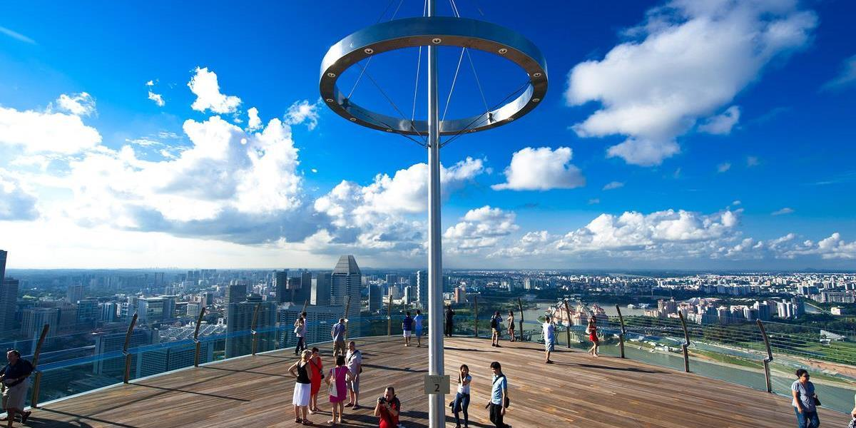 [copyright]Views of Singapore from the viewing roof of Marina Bay Sands.[/copyright]