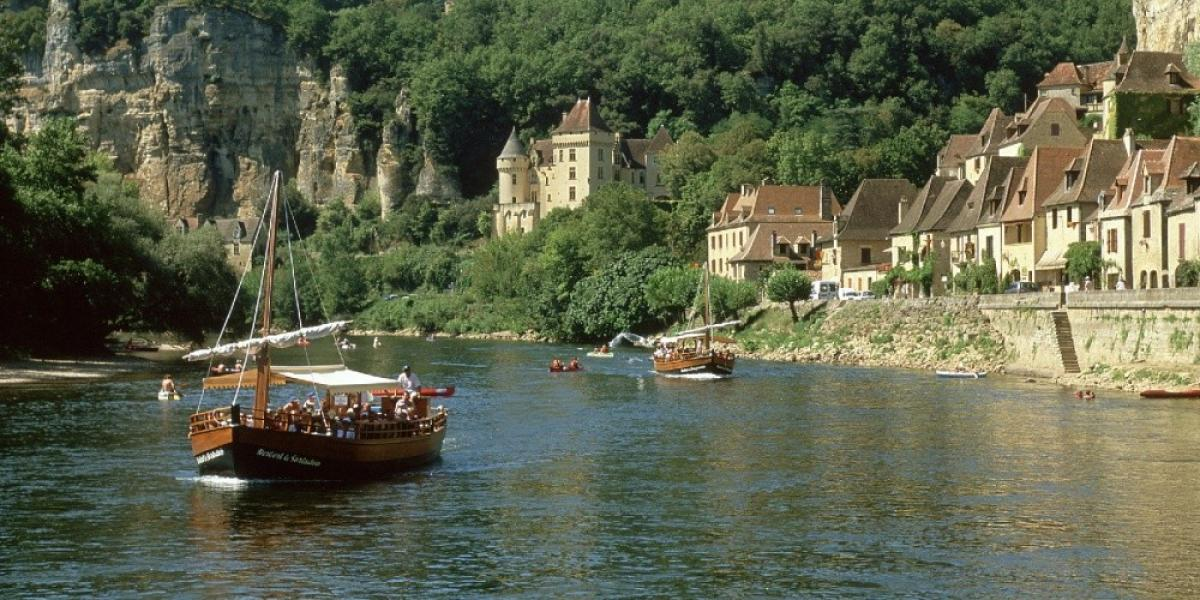 Day boat on the Dordogne, near the village of La Rogue Gajeac