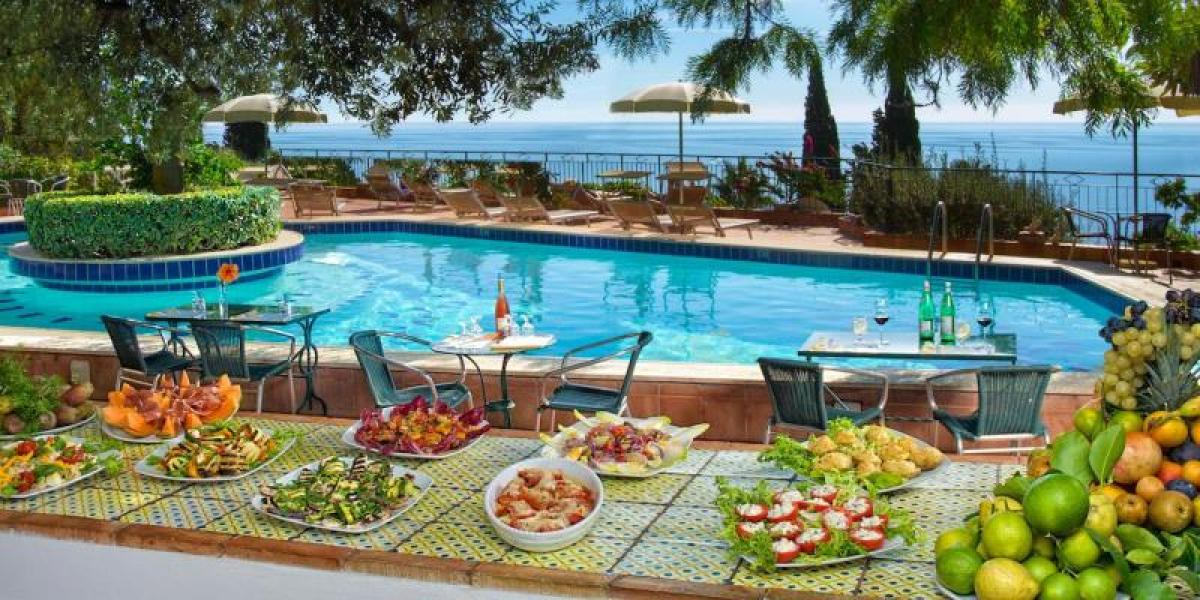 Restaurant and pool with a view at Hotel Villa Belvedere.