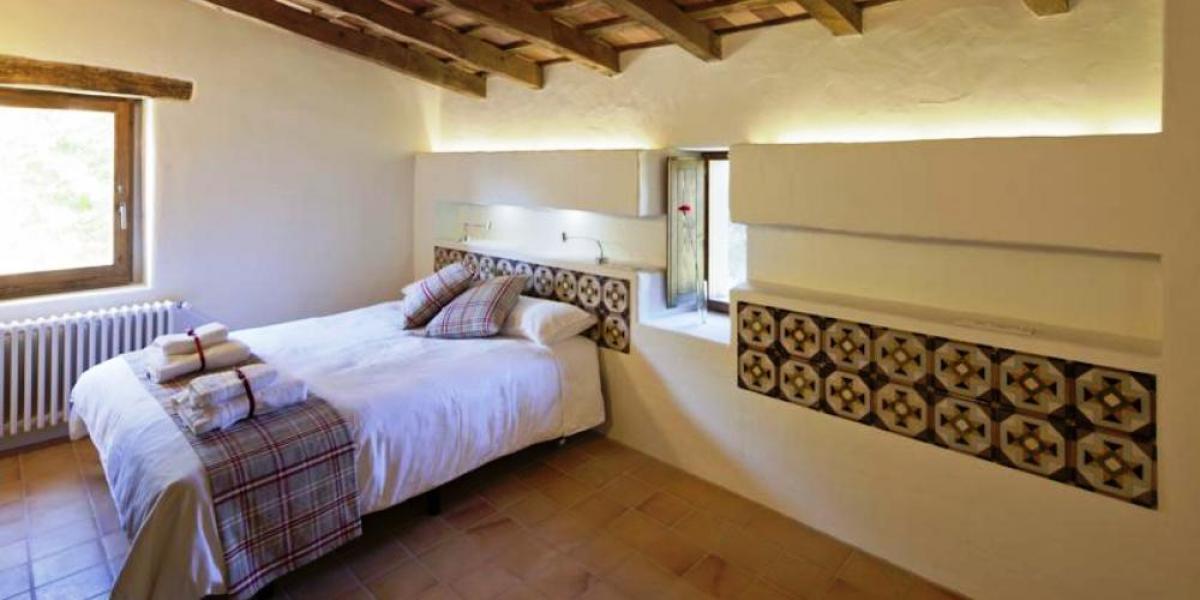 Bedroom at La Rectoria de Sant Miquel de Pineda.